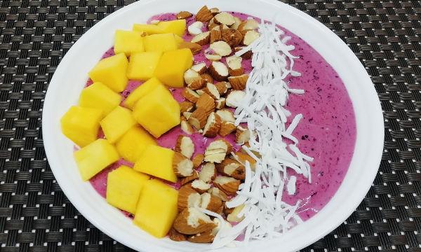 Bowl de Arándanos con toppings de Mango, Almendras y Coco